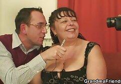 Kotoran AgedLovE memainkan bokeb mom jepang drum pada payudaranya dalam video
